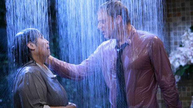 Noah (Alan Tudyk, r.) ist verzweifelt. Er vermisst seine Haushälterin Carmen...