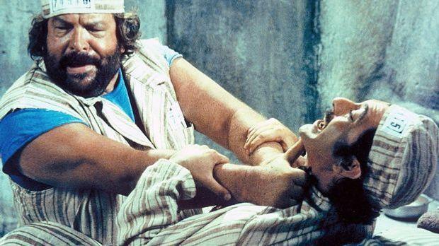 Im Gefängnis trifft Joe (Bud Spencer, l.) auf seinen alten Widersacher Manuel...