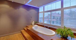 Indirektes Licht gibt es in verschiedenen Farben – einem entspannten Bad steh...