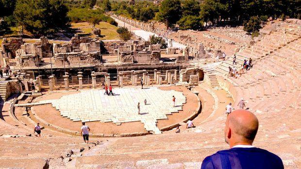 Leon reist weiter nach Ephesus und wandelt dort auf den Spuren des Apostels P...