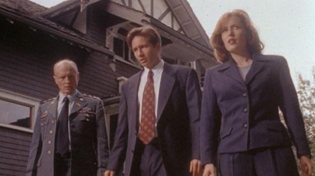 Scully (Gillian Anderson, r.) und Mulder (David Duchovny, M.) erklären Genera...