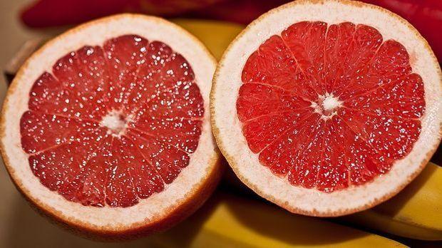 Durch die Früchte bekommt der mächtige Kuchen noch eine frische Note.
