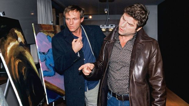Jupp (Uwe Fellensiek, r.) und Falk (Dirk Martens, l.) untersuchen das Zimmer,...