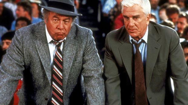 Ed Hocken (George Kennedy, l.) und Frank Drebin (Leslie Nielsen, r.) suchen i...