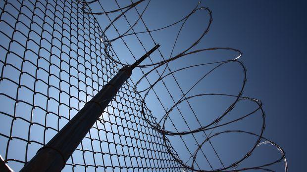 Um ihre Häftlinge von Ausbruchsversuchen abzuhalten, hat die Justizvollzugsan...