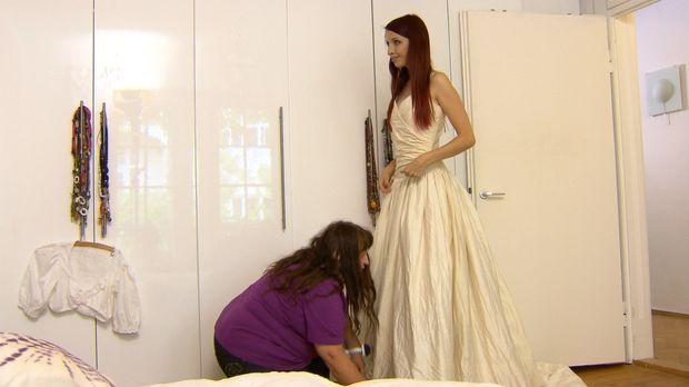 Die Hochzeit der 29-jährigen Theresa (r.) mit ihrem Verlobten Carl steht kurz...