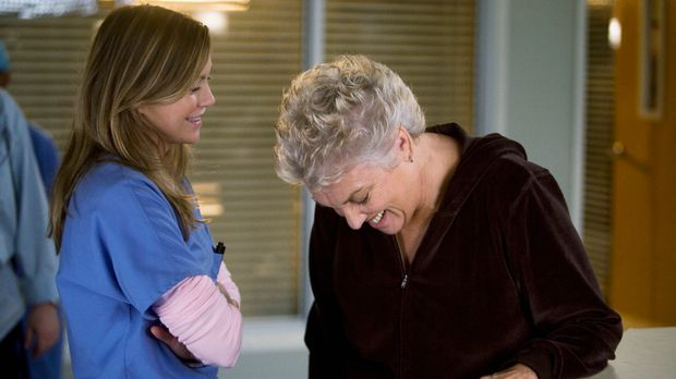 Meredith (Ellen Pompeo, l.) sieht mit Schrecken einem Besuch von Dereks Mutte...