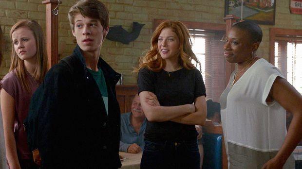 Während Norrie (Mackenzie Lintz, l.) und Joe (Colin Ford, 2.v.l.) auf eigene...
