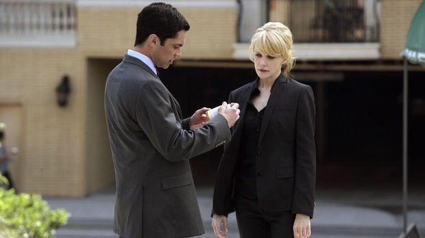 Det. Lilly Rush (Kathryn Morris, r.) zeigt Det. Scott Valens (Danny Pino, l.)...