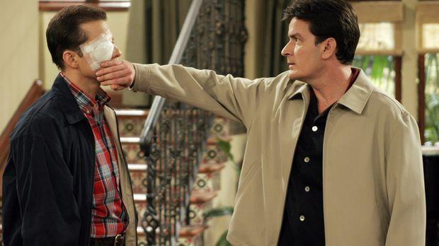 Charlie (Charlie Sheen, r.) trifft Alan (Jon Cryer, l.) mit einer Toastscheib...