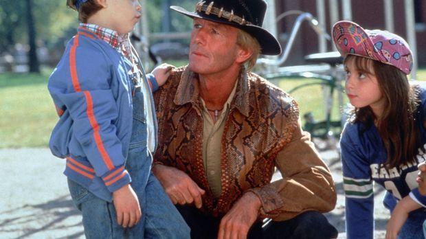 Die Kinder der Großstadt sind von dem unkonventionellen Mick (Paul Hogan, M.)...