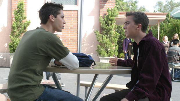 Die neue Seminararbeit fordert von Malcolm (Frankie Muniz, r.), dass er seine...