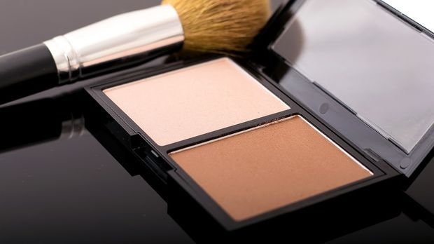 Contouring Produkte: Helles und dunkles Puder, Countouring-Pinsel