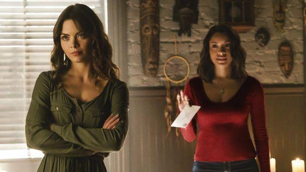 Während Nora (Scarlett Byrne, l.) und Bonnie (Kat Graham, r.) sich auf die Su...
