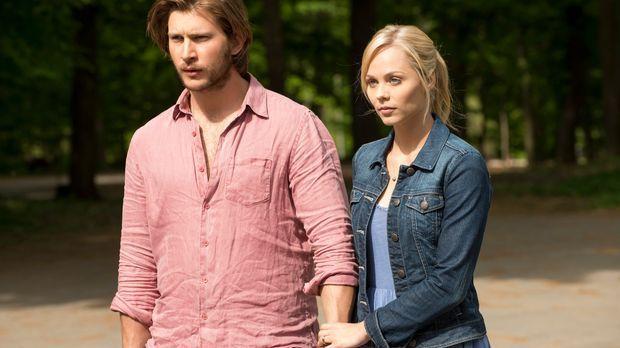 Elena (Laura Vandervoort, r.) vertraute Clay (Greyston Holt, l.) bedingungslo...