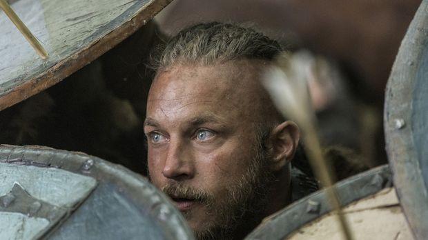 Als Ragnar (Travis Fimmel) mit seinen Männern auf dem Weg nach England von ei...