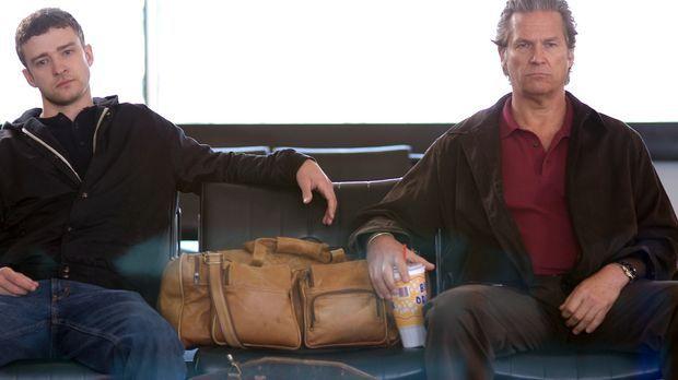 Doch da Daddy nicht fliegen darf, bleibt Vater (Jeff Bridges, r.) und Sohn (J...