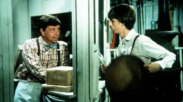 Ike (Joe Conley, l.) hat Jim Bob (David W. Harper, r.) als Postboten engagier...