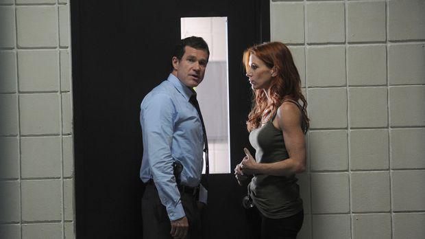 Als eine Ehepaar ermordet aufgefunden wird, werden Detective Carrie Wells (Po...