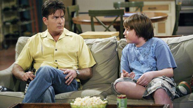Charlie (Charlie Sheen, l.) spielt sich vor seinem Neffen Jake (Angus T. Jone...