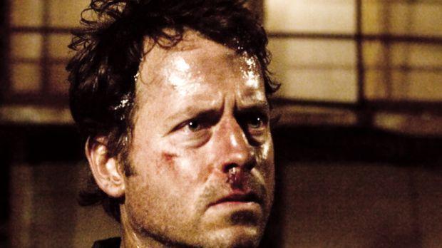 Fünf Männer (Greg Kinnear) erwachen in einem heruntergekommenen, hermetisch a...