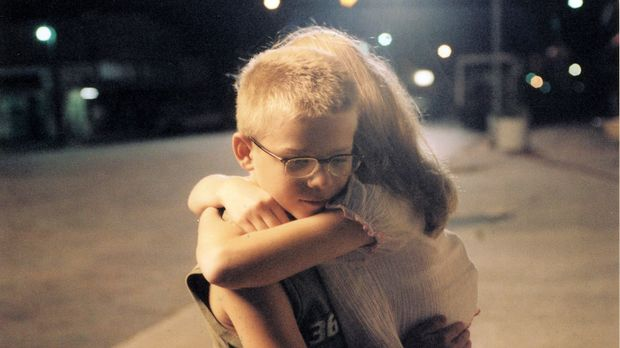 Scarlett (Amanda Anch, r.) ist gut mit Toby (Jonathan Lipnicki, l.) befreunde...