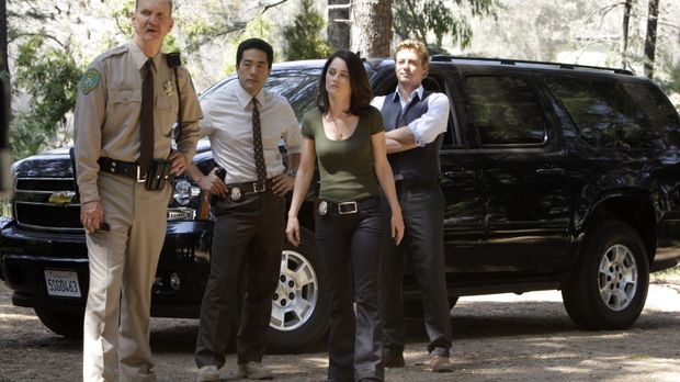 Kimball Cho (Tim Kang, 2.v.l.), Teresa Lisbon (Robin Tunney, 2.v.r.) und Patr...
