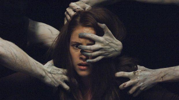 Nur ihr kleiner Bruder sieht die Geister, die ihr zusetzen. Ihre Eltern tun J...