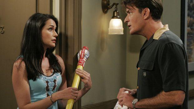Charlie (Charlie Sheen, r.) begegnet seiner alten Flamme Chrissy (Rena Sofer,...