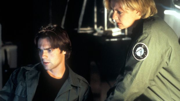 Als Carter (Amanda Tapping, r.) und Daniel (Michael Shanks, l.) die Zeitkapse...