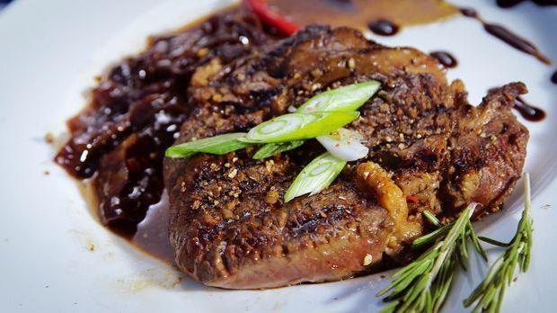 Rib-Eye-Steak mit BBQ-Cheese Pita