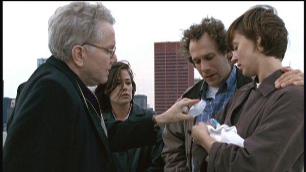 Die Eltern (Lara Harris, r. und Michael Raynor, 2.v.r.) sind untröstlich: Ihr...