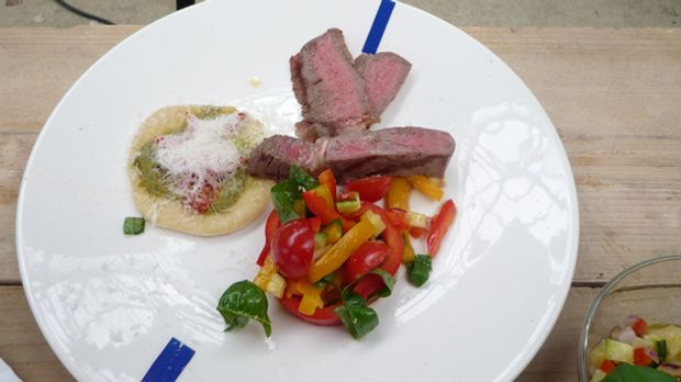 Entrecôte-mit-mediterranen-Salat-und-Minipizza_klein