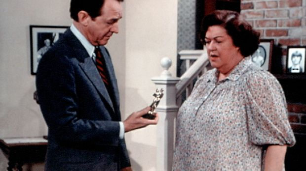 Stanley Perkins (William Schallert, l.) schenkt Miss Rose (Peggy Rea, r.) zum...