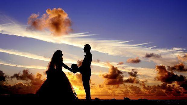 Eheversprechen unter freiem Himmel – kein Problem bei einer freien Trauung. S...