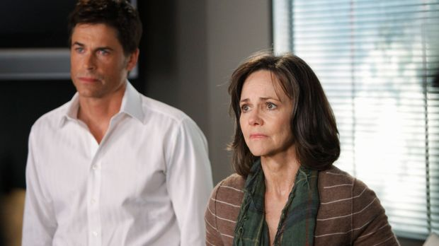 Robert (Rob Lowe, l.) und Nora (Sally Field, r.) machen sich große Sorgen um...