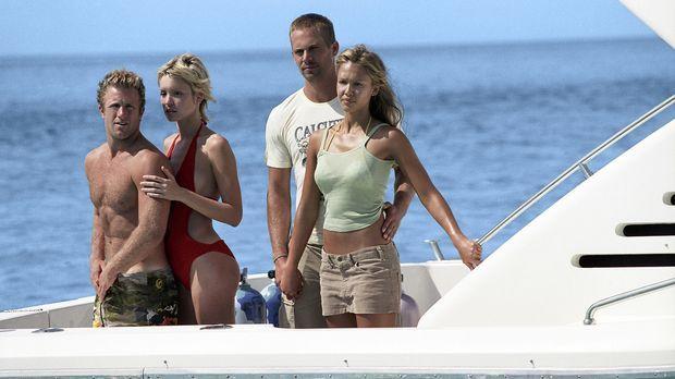 Während eines Tauchgangs entdecken (v.l.n.r.) Bryce (Scott Caan), Amanda (Ash...