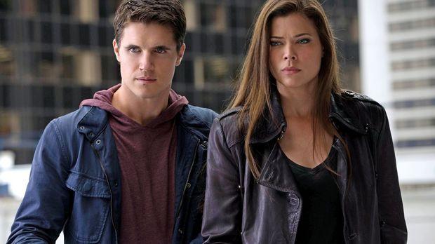 Als Stephen (Robbie Amell, l.) und Cara (Peyton List, r.) sich auf die Suche...