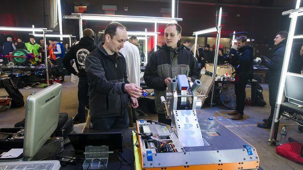 Das Team Big Nipper macht ihren Roboter startklar für seinen Einsatz in der K...