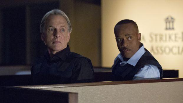 Vance (Rocky Carroll, l.) schließt sich mit Gibbs (Mark Harmon, r.) und dem r...
