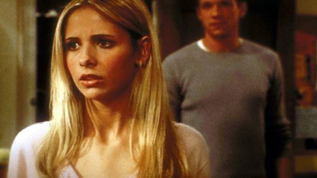 Buffy (Sarah Michelle Gellar, l.) kennt Rileys (Marc Blucas, r.) Geheimnis .....