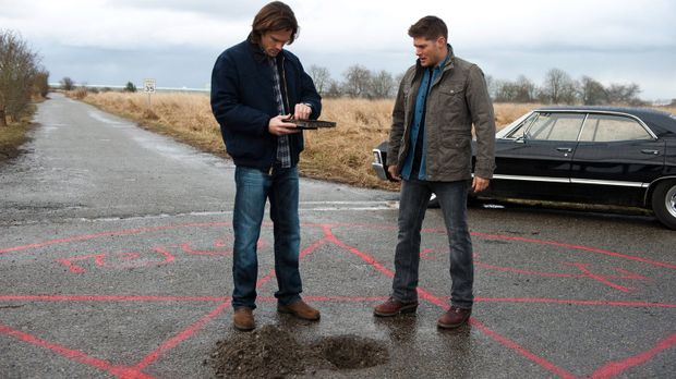 Um die zweite Aufgabe lösen zu können, greifen Sam (Jared Padalecki, l.) und...