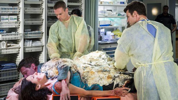 Charlie (Michael Shanks, l.) und Joel (Daniel Gillies, r.) müssen zusammenarb...