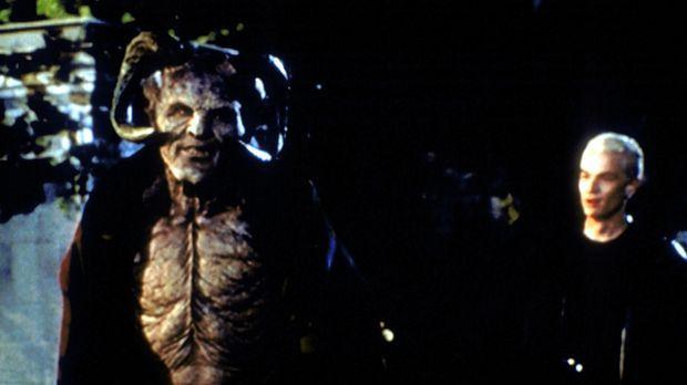 Giles (Anthony Stewart Head, l.) hat sich in einen Dämonen verwandelt und suc...