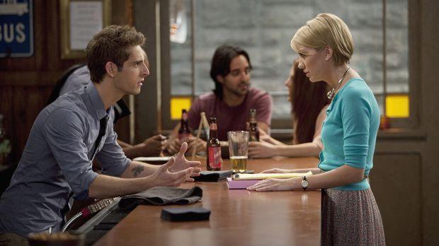 Riley (Chelsea Kane, r.) greift ihrer Freundin Katie bei deren Hochzeitsplanu...