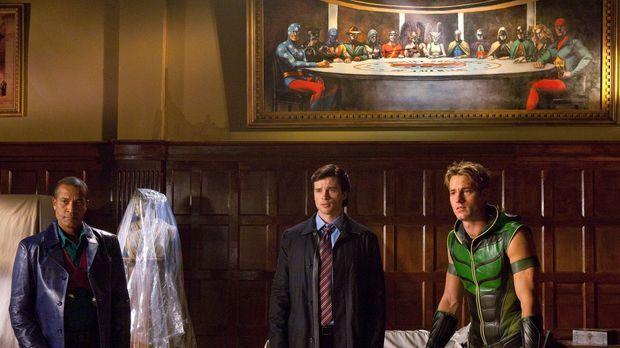 Zusammen mit John Jones (Phil Morris, l.) und Oliver (Justin Hartley, r.) sch...