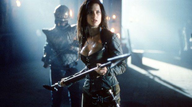 Kyra (Rhona Mitra), die kühne Tochter des Burgherren, nimmt den Kampf gegen d...
