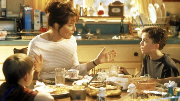 Lois (Jane Kaczmarek, M.) versucht Malcolm (Frankie Muniz, r.) von den Vortei...