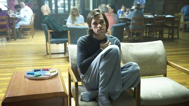 Quentin (Jason Ralph) wacht in einer Nervenheilanstalt auf. Hat er alles nur...