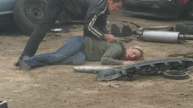 Samantha Spade (Poppy Montgomery, liegend) ist von dem Drogenkurier Niran (Bo...
